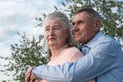 Couples supérieurs s'embrassant dans la campagne Photo libre de droits