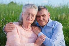 Couples supérieurs s'embrassant dans la campagne Image stock