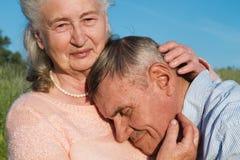 Couples supérieurs s'embrassant dans la campagne Images libres de droits