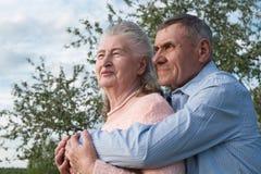 Couples supérieurs s'embrassant dans la campagne Photos libres de droits
