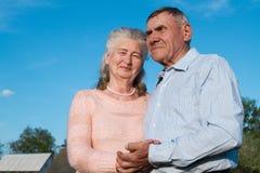 Couples supérieurs s'embrassant dans la campagne Photographie stock libre de droits