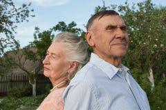 Couples supérieurs s'embrassant dans la campagne Photo stock
