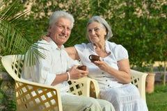 Couples supérieurs se reposant à la station de vacances Photographie stock libre de droits