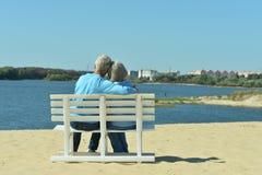 Couples supérieurs se reposant au parc Images stock