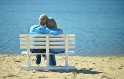 Couples supérieurs se reposant au parc Image stock