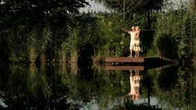 Couples supérieurs se tenant au lac clips vidéos