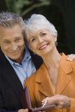Couples supérieurs se tenant avec la boîte de collier Image stock