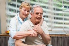 Couples supérieurs souriant à l'appareil-photo ensemble Photo stock