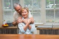 Couples supérieurs souriant à l'appareil-photo ensemble Images stock