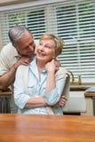 Couples supérieurs souriant à l'appareil-photo ensemble Images libres de droits
