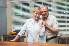 Couples supérieurs souriant à l'appareil-photo ensemble Image stock
