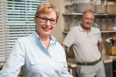 Couples supérieurs souriant à l'appareil-photo ensemble Photos libres de droits