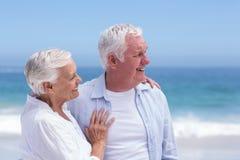 Couples supérieurs souriant et regardant loin Image libre de droits