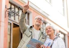 Couples supérieurs sur la rue de ville Photographie stock libre de droits