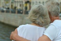 couples supérieurs sur la rue de ville près de la rivière Image stock