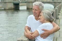 couples supérieurs sur la rue de ville près de la rivière Images stock