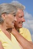 Couples supérieurs sur le fond de ciel Photos stock