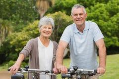 Couples supérieurs sur le tour de cycle au parc Photos libres de droits