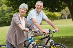 Couples supérieurs sur le tour de cycle dans la campagne Image stock