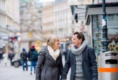 Couples supérieurs sur une promenade au centre de la ville L'hiver Images stock
