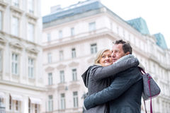 Couples supérieurs sur une promenade au centre de la ville L'hiver Photo stock