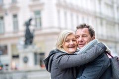 Couples supérieurs sur une promenade au centre de la ville L'hiver Images libres de droits