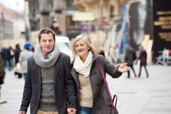 Couples supérieurs sur une promenade au centre de la ville L'hiver Photo libre de droits