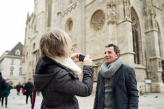 Couples supérieurs sur une promenade au centre de la ville prenant la photo Images libres de droits