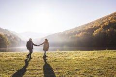 Couples supérieurs sur une promenade dans une nature d'automne Image libre de droits