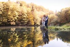 Couples supérieurs sur une promenade en nature d'automne Photos stock