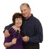Couples supérieurs tenant l'outil de jardinage Photo stock