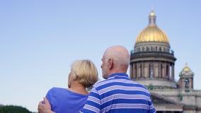 Couples supérieurs tenant la cathédrale proche du ` s d'Isaac de saint Voyage de retraités dans le St Petersbourg, Russie banque de vidéos
