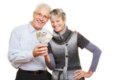 Couples supérieurs tenant la fan de l'euro images libres de droits