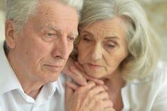 Couples supérieurs tristes à la maison Photos libres de droits
