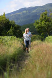 Couples supérieurs un jour de hausse en montagnes Images libres de droits