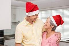 Couples supérieurs utilisant des chapeaux de Santa Photographie stock