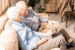 Couples supérieurs utilisant la vue de côté de Tablette images stock