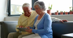 Couples supérieurs utilisant le comprimé numérique banque de vidéos