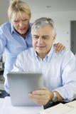 Couples supérieurs vérifiant leur compte bancaire photo stock