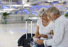 Couples supérieurs voyageant dans une scène d'aéroport photos libres de droits