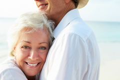 Couples supérieurs affectueux des vacances tropicales de plage Image libre de droits