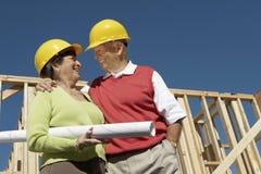 Couples supérieurs au chantier de construction Photos stock