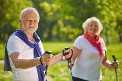 Couples supérieurs augmentant ensemble en été Image libre de droits