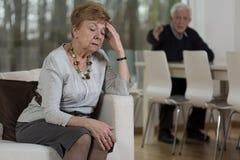 Couples supérieurs ayant des problèmes matrimoniaux Photographie stock libre de droits