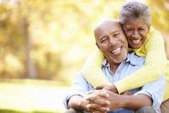 Couples supérieurs détendant en Autumn Landscape Images stock