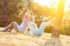 Couples supérieurs heureux ayant l'amusement Images libres de droits
