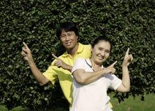 Couples supérieurs heureux ayant un amusement ensemble Photographie stock libre de droits