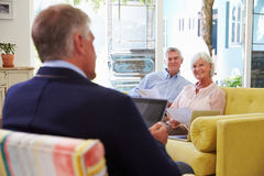 Couples supérieurs à la maison rencontrant le conseiller financier Images stock