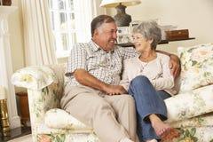 Couples supérieurs retirés se reposant sur Sofa At Home Together Photos stock