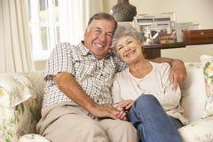 Couples supérieurs retirés se reposant sur Sofa At Home Together Image stock